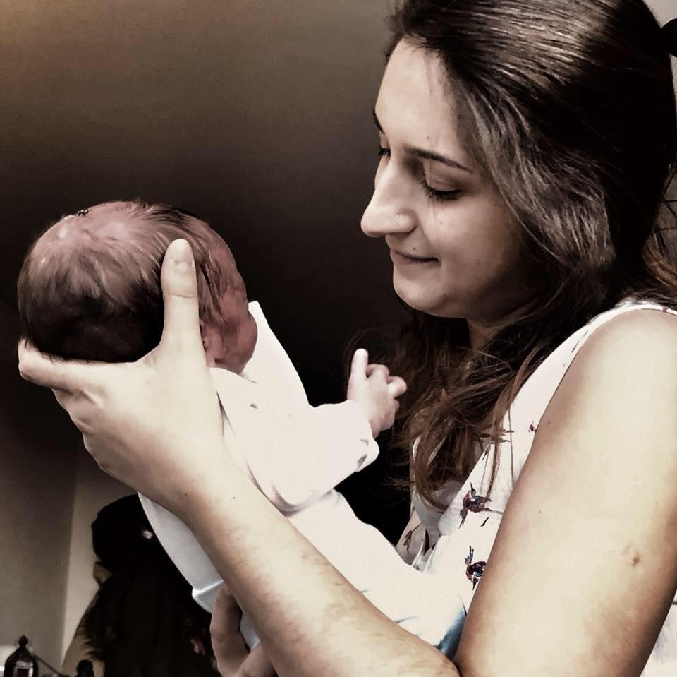O pequeno Gabriel ao colo da mamã, Diana
