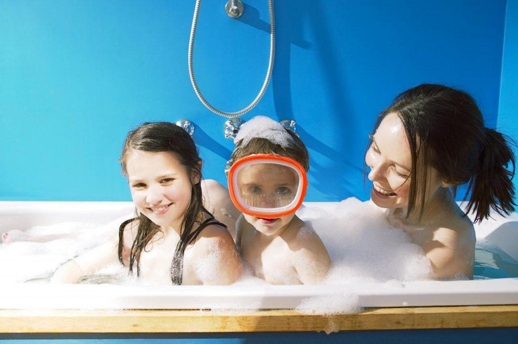 Os filhos devem ou não tomar banho com os pais?